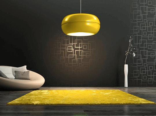 Paredes grises y alfombra amarilla